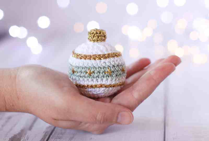 Free Christmas bauble crochet pattern, green, white and gold Christmas decor.
