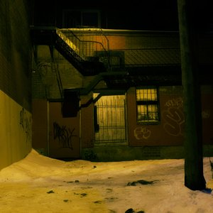 montreal-alley-at-night