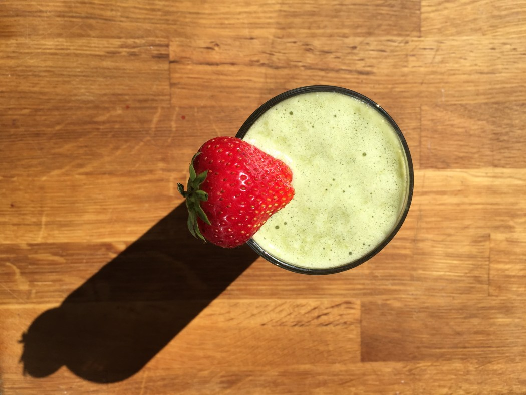 smoothie-pimms-pimm's-recipe-cucumber-strawberries-spinach-protein-powder-green-red-wood-shadow-fruit-glass-sundial-sun-dial-sunshine-sunny