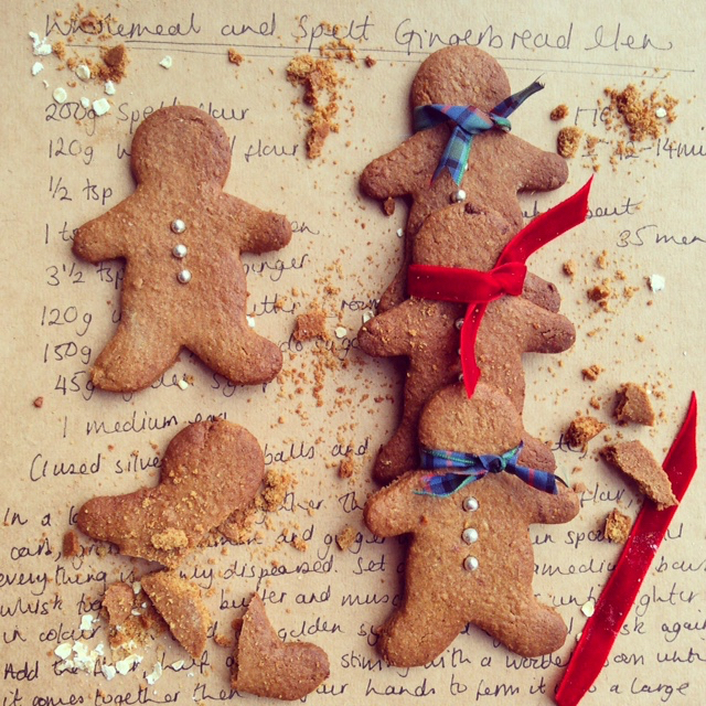 spelt-wholemeal-gingerbread-men-recipe-yummy-biscuit-cookie-ribbon-red-blue-writing