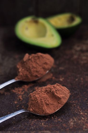 avocado-stone-skin-healthy-green-clean-good-fats-wooden-surface-knife-coacoa-chocolate-powder-mousee-recipe
