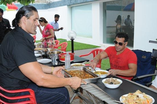 salman-khan-great-khali-eating-pic