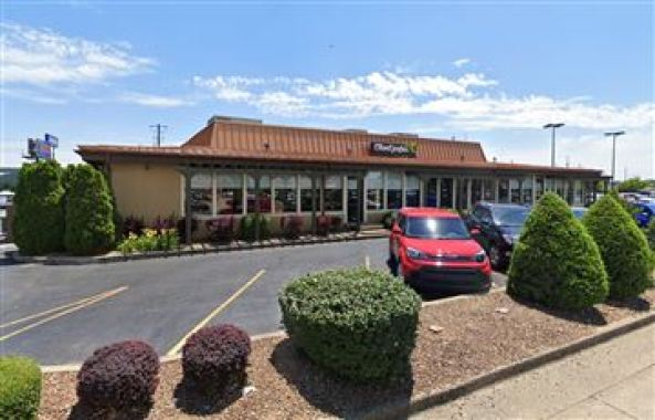 'screaming' customer demand non-black server at olive garden restaurant, and the manager complied