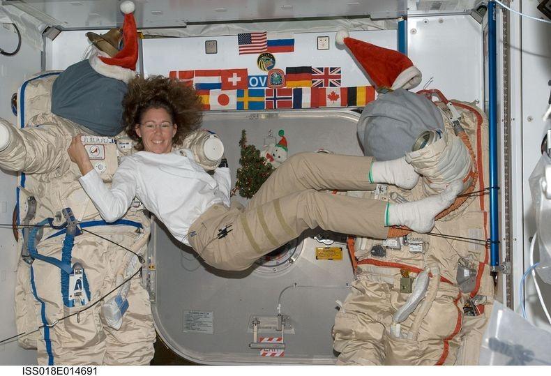 astronaut sandra magnus cooks in zero gravity