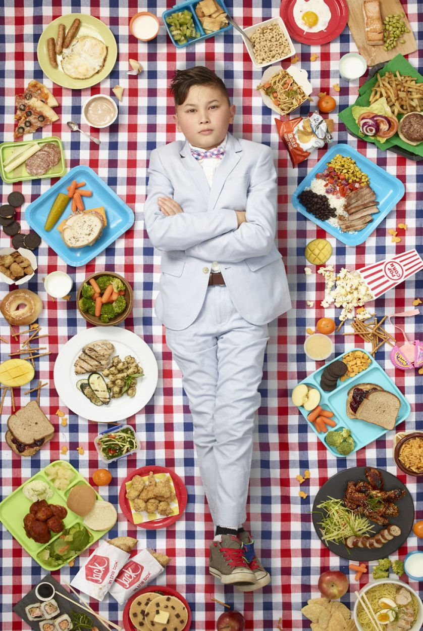 this photographer takes pictures of kids from around the world with what they eat in one week (25 pics)
