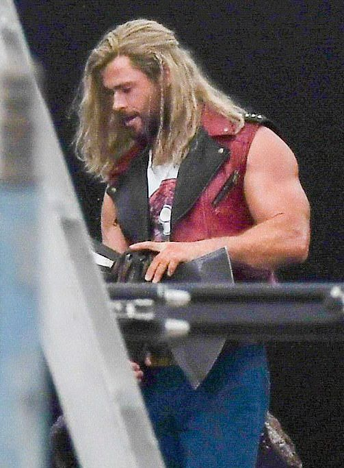 leaked: pictures of muscular natalie portman on set of thor: love & thunder