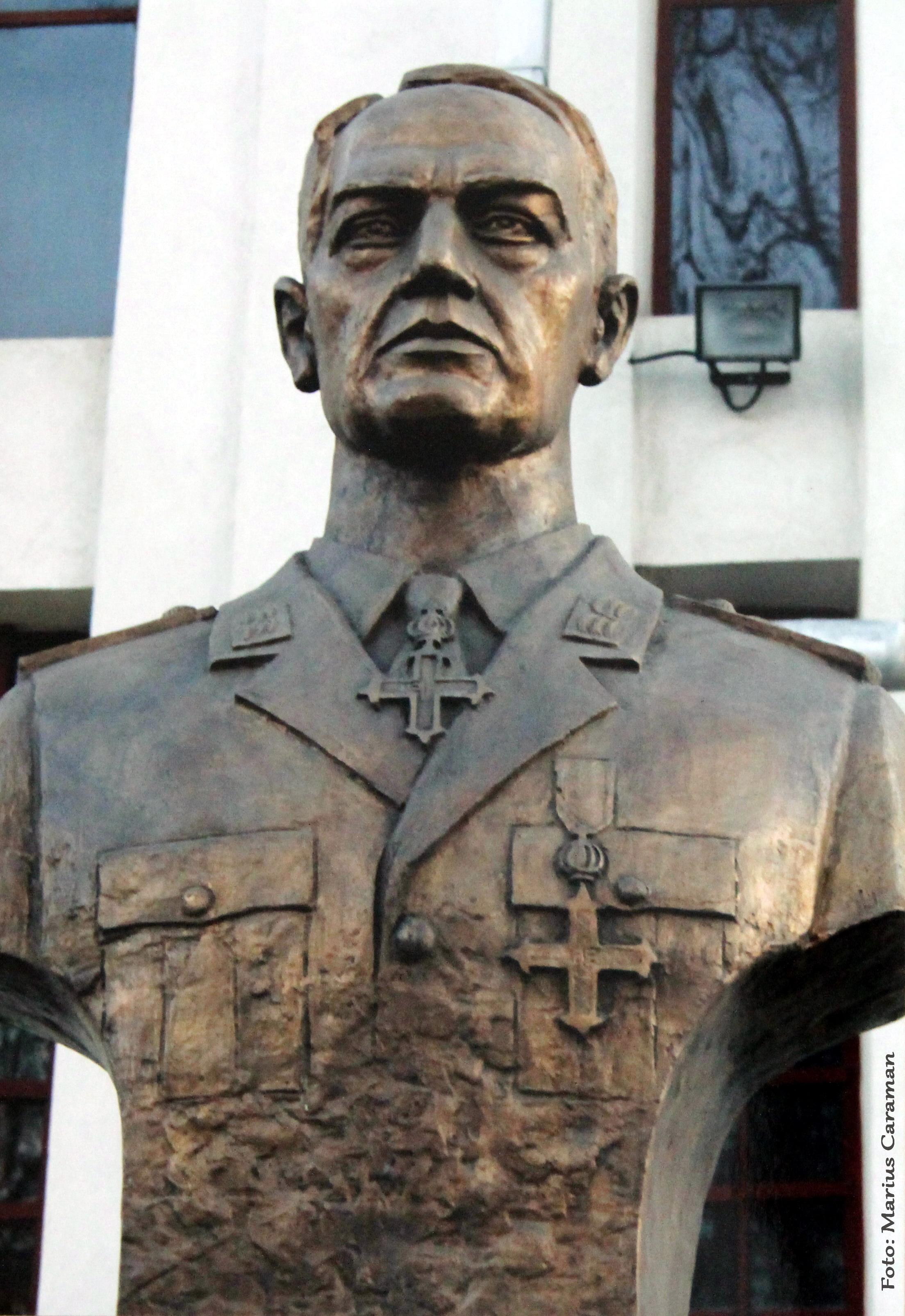 Bustul-Maresalului-Ion-Antonescu-de-la-Biserica-Sfintii-Constantin-si-Elena-din-Bucuresti-Vergului-Muncii-ctitorita-cu-mama-sa-Elena