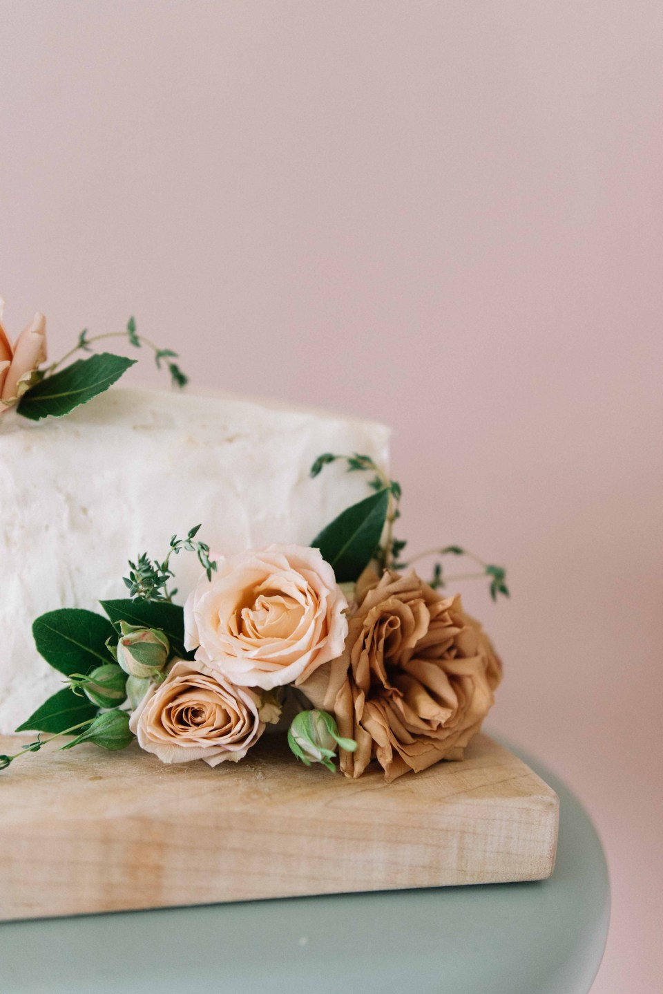 How to Safely Put Fresh Flowers On Cakes