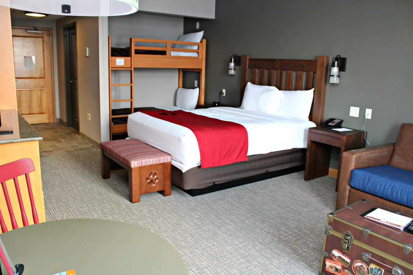 burnsville suite clsc executive mn king hor hotels rooms suites hotel travel mspbr and inn room minneapolis themed fairfield