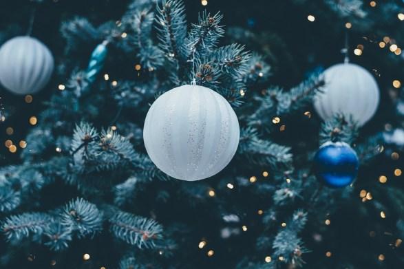 christmas-bauble-1869989_1920.jpg