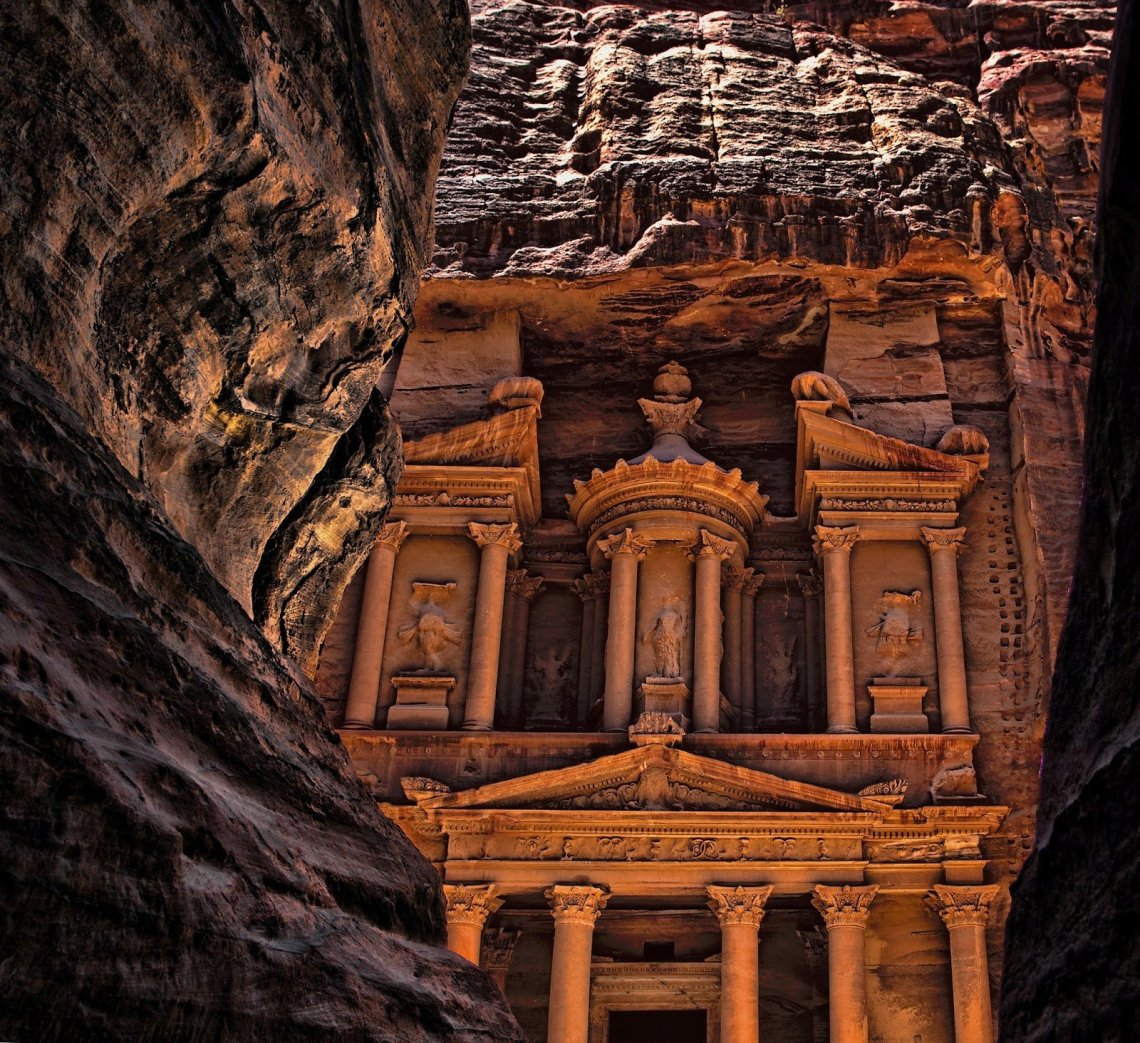 Spectacular culmination of the Siq to the Treasury. Image Source: http://bit.ly/1BZrwCV