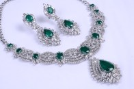 DIAMOND NECKLACE SET IN 14 KARAT GOLD WITH OVAL AND PEAR SHAPED GREEN ONYX