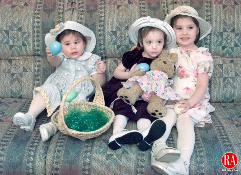 WATERBURY, CT 03/31/01  0331BS01.01-Hailey Moran, 20 mos, from left, and Rachel, 2, and Amanda Pilon, 5, with Easter eggs .  BOBBY SANCHEZ PHOTO