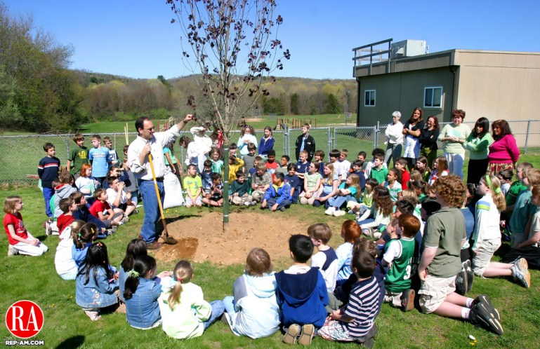SOUTHBURY, CT. 28 April 2006-042806SV01--Thomas Gaipa, secretary of the Southbury Historical Tree Restoration Committee, show students at the Gainfield Elementary School how to plant a tree during a Arbor Day celebration at the school in Southbury Friday. The town of Southbury received the Tree City USA Award from the National Arbor Day Foundation. They were one of 14 towns in Connecticut to receive the award this year. Steven Valenti Republican-American