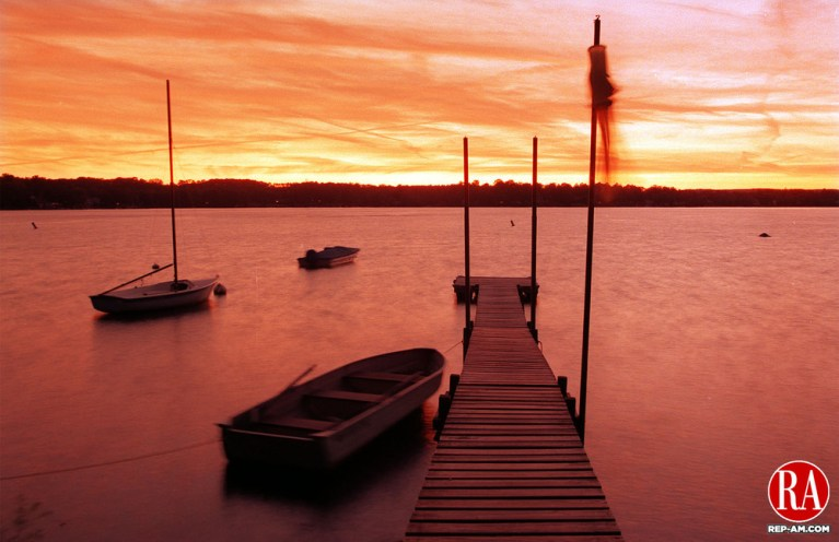 MORRIS,CT-9/11/98-0911CK01.tif-The sun goes down on another day along the east shore of Bantum Lake on Thursday in Morris.  CASEY KEIL PHOTO