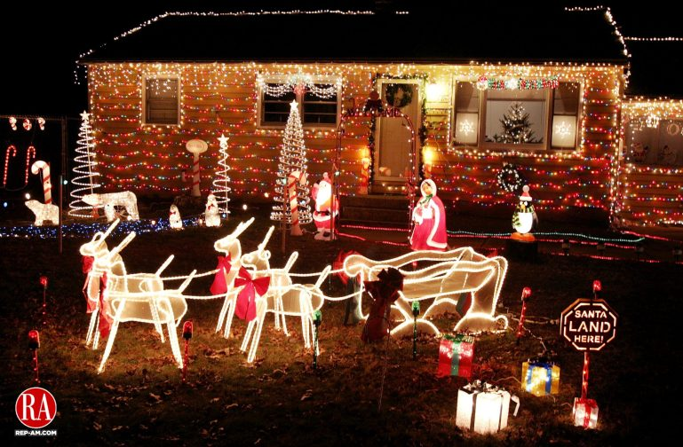WOLCOTT, CT. 12 December 2006--121206SV08--Holiday display outside 1160 Spindle Hill Rd. in Wolcott.  Steven Valenti Republican-American