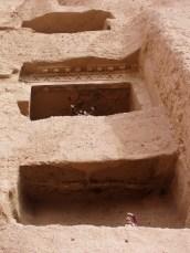 Durch diese dreistöckige Höhle kann man zum Kppf des Buddha aufsteigen