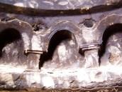 Zerstörte, ehemals bemalte Gebetsnische, mit Graffiti