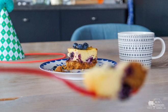 Neem maar een hapje van deze zalige blauwe-bessencheesecake!