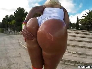 Blondie large ass Twerks her Big Oiled Glutes Out of doors