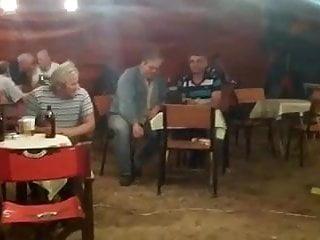 Une danseuse blonde allume les clients d'un bar