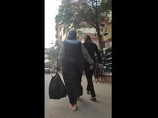 Jiggly colossal ass hijab shaking her ass on the street