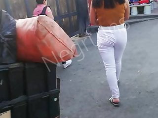 Chica de nalgas ricas caminando