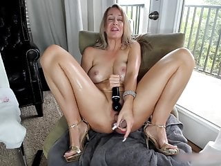 Butt plugged blonde older woman fucking her soaked bald hole