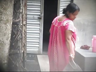 desi aunty working cleavage