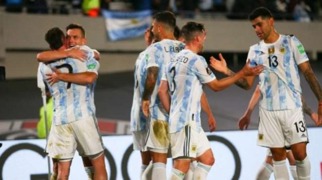 Pemain Timnas Argentina rayakan gol.