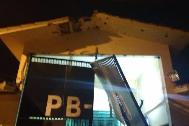 pb1 portao - Câmeras de segurança do PB1 registram momento da explosão que resultou na fuga de 92 presos