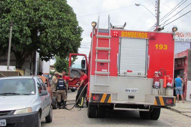 loja de materiais automotivos pega fogo e corpo de bombeiros e acionado - Incêndio atinge caminhões estacionados em garagem no município de Bayeux