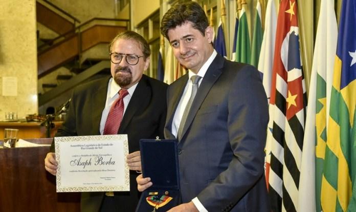 Afirmando não ser merecedor de tal honraria, Asaph Borba agradeceu a homenagem. (Foto: Reprodução).