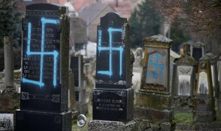 80 sepulturas foram vandalizadas em um cemitério judeu, perto de Estrasburgo, na França. (Foto: Reuters/Vincent Kessler)