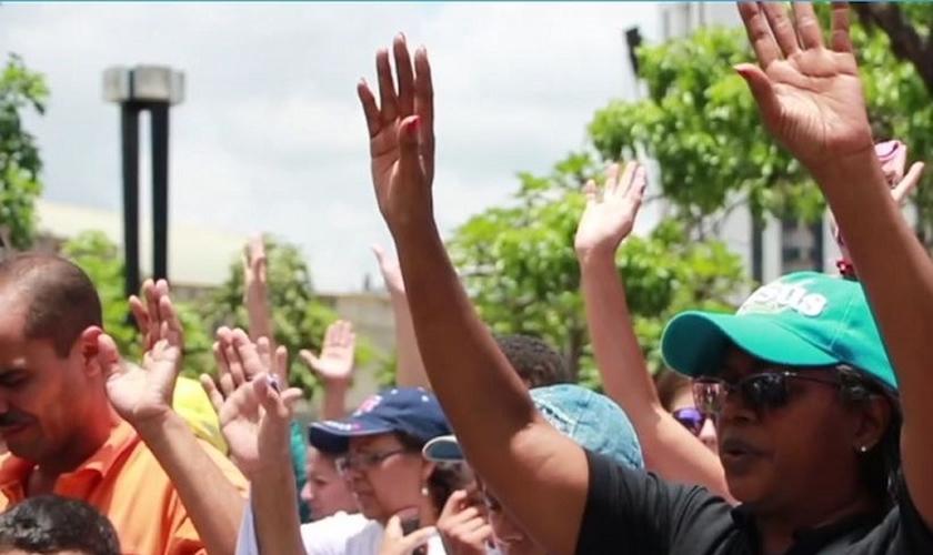 Cristãos oram nas ruas pela intervenção de Deus no conflito sociopolítico da Venezuela. (Foto: GNA/Digital Evangelical)