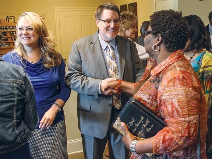 Pastor Les Ferguson e sua esposa, Becki, cumprimentando os membros da igreja.