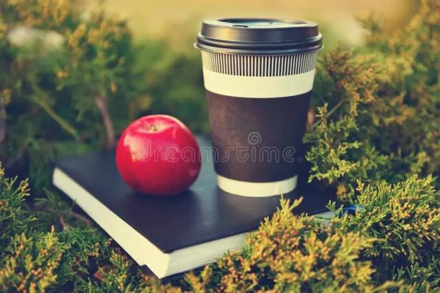 热的咖啡、红色苹果和书库存图片. 图片包括有热的咖啡、红色苹果和书- 61958917
