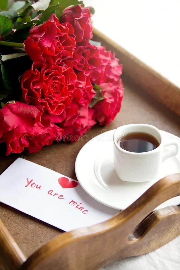 Caf Y Rosas Rojas Para La Mujer Querida Foto De Archivo