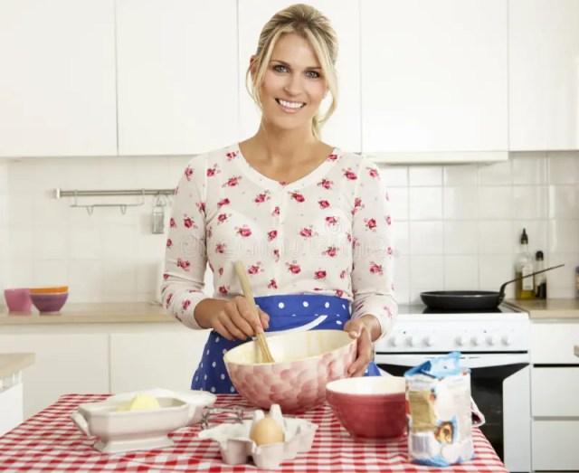 Frauen-Backen in der Küche stockfoto. Bild von kuchen ...