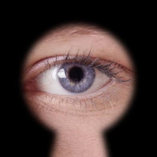 Risultato immagini per guardare dal buco della serratura