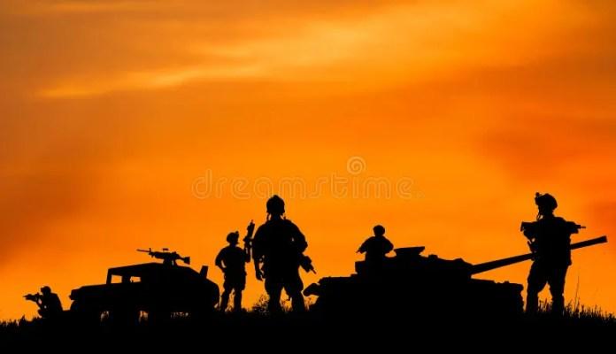 Silhouette De Soldat Ou De Dirigeant Militaire Avec Des Armes Au Coucher Du  Soleil Illustration Stock - Illustration du formation, libya: 54952566