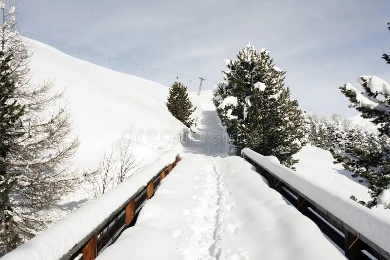 Pont d'hiver en montagnes photo stock. Image du saisonnier ...