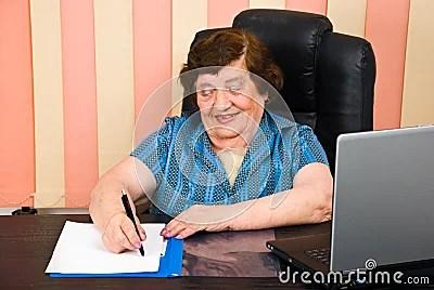 https://i2.wp.com/thumbs.dreamstime.com/x/la-m%C3%A1s-vieja-mujer-de-risa-escribe-en-el-papel-14789175.jpg