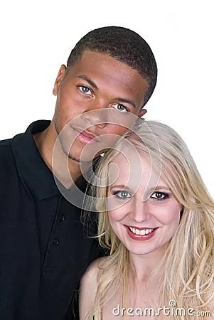 Pares do homem negro e da mulher branca no amor