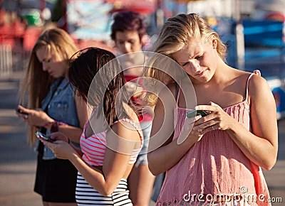 Adolescentes graves en los smartphones Stock Image - Imagen: 26657551