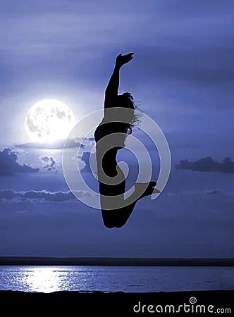 Siluetee a las mujeres de salto el noche de la luna