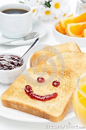 Tosti con un sorriso di inceppamento, di caffè, di succo d arancia e dell arancia fresca
