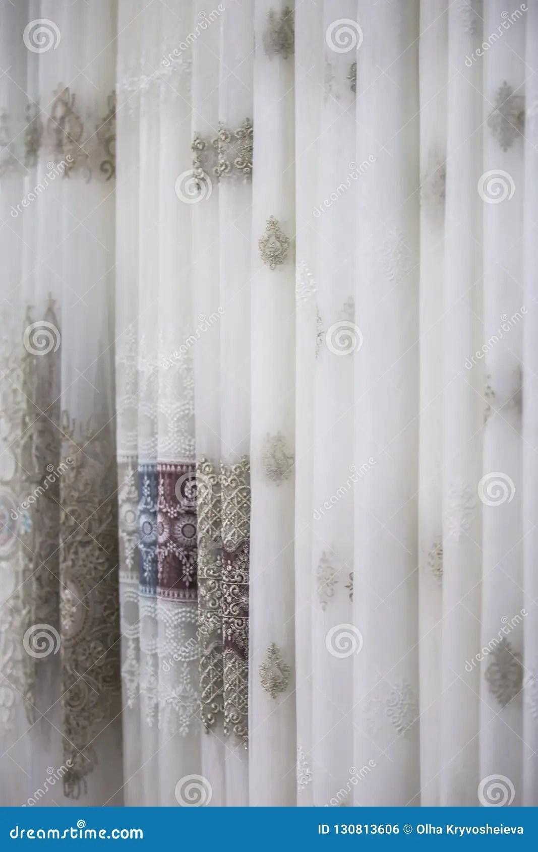 rideau pendant des cintres sur le rail