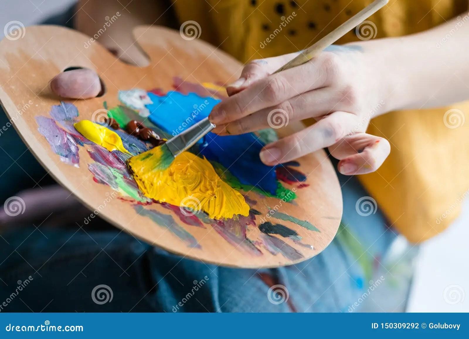 Artiste De Palette De Peinture Acrylique D Ecole De Beaux Arts Photo Stock Image Du Gouache Femelle 150309292