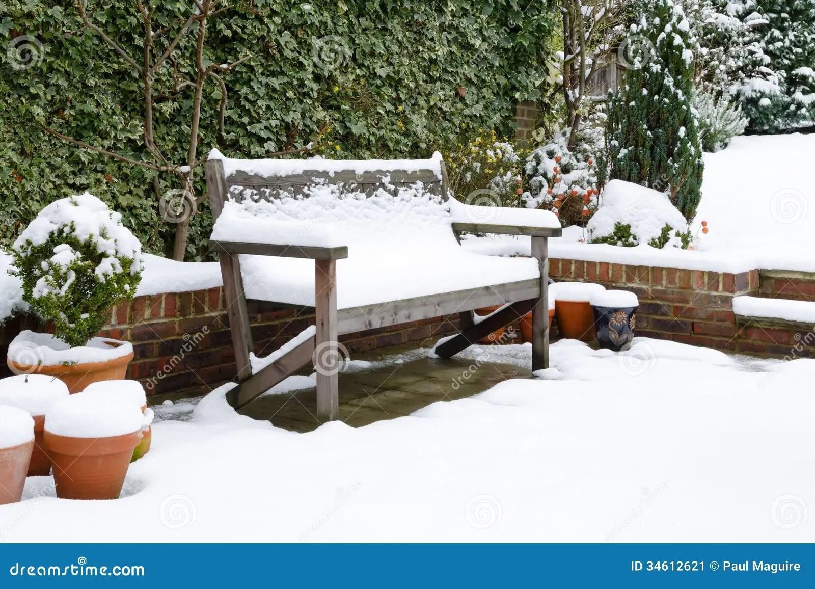 Banc De Patio De Jardin Avec La Neige Image Stock Image